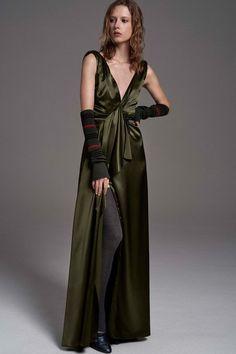 View the full Carolina Herrera Pre-Fall 2017 collection.