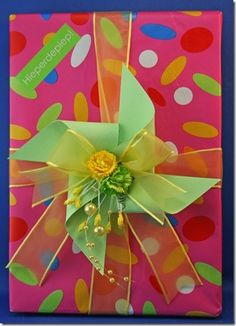 Learn how to use pinwheels when gift wrapping! Gift Wrapping Tutorial, Gift Wrapping Bows, Creative Gift Wrapping, Creative Gifts, Wrapping Ideas, Bow Making Tutorials, Craft Tutorials, Diy Gifts For Kids, Easy Diy Gifts
