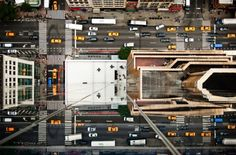 Le photographe Navid Baraty, a pris ces clichés à partir des toits des gratte-ciel. À l'aide d'un trépied, il se penche au maximum pour photographier le plus grand nombre de rues et d'intersections de jour comme de nuit.