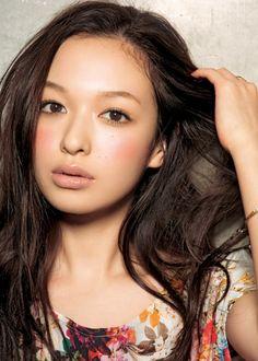 森絵梨佳さんのメイクは、本当に参考になりますね〜♪ 可愛いくてほんのり色っぽくて素敵です。