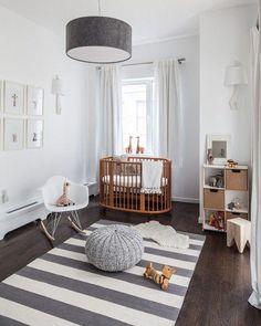 Dormitorio recién nacido con alfombra de rayas en blanco y gris