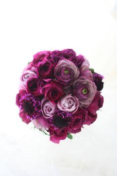 濃い紫と淡い紫、やや小さ目のクラッチブーケです。淡い紫はバラでブル・ドゥ・パルファムといいます。他にない色と形に惹かれます。ではみなさまおつかれさまでした...