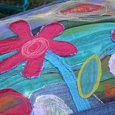 S+květinou+II.+Taštička+je+ušitá+z+recy+rifloviny.+Na+předním+díle+je+naaplikovaný+originální+obrázek,+ten+je+podložený+vatelínem.+Zapínání+je+na+zip.+Podšívka+je+z+bavlny+a+má+2+kapsy.Ucho+je+z+tyrkysového+popruhu,+je+nastavitelné.+Rozměry:+š.+35,5+cm,+výška+35cm.+Praní+doporučuji+ve+vlažné+vodě.