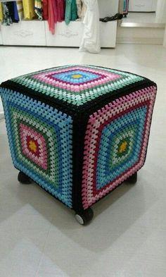 Lindas capas de CROCHÊ para banquetas Crochet Pouf, Crochet Cushions, Crochet Pillow, Crochet Art, Crochet Crafts, Crochet Projects, Crotchet Patterns, Granny Square Crochet Pattern, Crochet Squares
