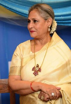 Jaya Bachchan looking stately. Ruby Necklace Designs, Jewelry Design Earrings, Ruby Jewelry, India Jewelry, Bridal Jewelry, Gold Jewellery, Jewelery, Bollywood Stars, Gold Pendent