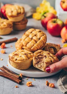 These crispy Mini Apple Pies with simple homemade apple pie cinnamon filling are easy to make as muffins or tarts - perfect vegan party food dessert recipe! Vegan Apple Muffins, Apple Cinnamon Muffins, Mini Muffins, Vegan Apple Pies, Vegan Apple Tart Recipe, Breakfast Muffins, Mini Apple Pies, Homemade Apple Pies, Mini Pies