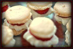 Macarons con nata y fresas.