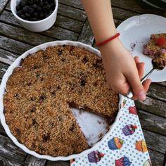 Ako spraviť rýchly posýpkový koláč s tvarohom a ovocím? Do tvarohovej plnky ide veľa bobuľového ovocia, je to svieža šťavnatá dobrota.