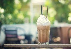 Hier een recept voor overheerlijke ijskoffie die je zelf kunt maken en binnen 10 minuten klaar is. Zo hoef je geen zon te missen op een mooie zomerse dag!