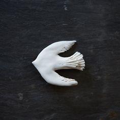 陶のブローチ 鳥(白) A - poooL (online shop)