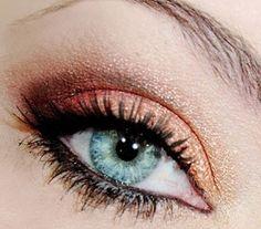 Le maquillage des yeux clairs et plus particulièrement celui des yeux bleus n'est pas toujours chose facile. En effet, toutes les couleurs d'ombres et de fards à paupière ne sont pas adaptées pour ...