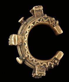 Bracelet Superbe bracelet coulé à la cire perdue, surmonté de trois éléments pouvant représenter des tabourets Bronze Mali, Dogon D int: 6,1 cm