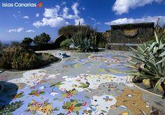 Plaza de la Glorieta, #LaPalma  #IslasCanarias, via Flickr.    Fue diseñada por el polifacético artista palmero Luis Morera, que aprovechó las formas caprichosas de las lavas volcánicas para recubrir armoniosamente el conjunto con pequeños trozos de azulejos multicolores. La encontrarás en el municipio de #LosLlanosdeAridane, en Las Manchas.