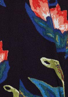 Robe longue à imprimé baroque ROUSSEAU. Confectionnée dans une étoffe fluide, la robe se pare d'un sublime imprimé baroque à motif floral. Elle est dotée: d'une encolure arrondie, fendue au dos et surmontée d'un bouton, ainsi que de manches longues élastiquées aux poignets. La pièce se ferme à l'aide d'un zip invisible sur le côté. Mariez-la à une paire de bottines à talons pour un style chic et tendance!