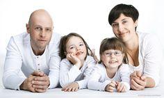 Unsere Familienfotos sind ungezwungen, natürlich und echt! Wir fotografieren Sie mit Ihrer Familie im Studio oder on Location draußen im Freien. Fotos sagen mehr als 1000 Worte! Langweilige und steife Familienfotos gehören bei uns der Vergangenheit an! Wann schafft man es schon mal sich und seine Liebsten für professionelle Familienfotos vor der Kamera zu versammeln? Viel zu selten halten wir die Momente mit den Menschen fest, die uns doch am wichtigsten sind. Familienfotos sind wertvoll und…