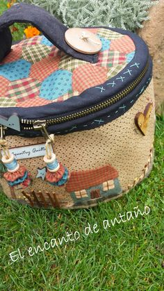 El encanto de antaño. Quilted Tote Bags, Patchwork Bags, Love Sewing, Hand Sewing, Quilt Making, Bag Making, Bag Pattern Free, Sewing Baskets, Little Bag