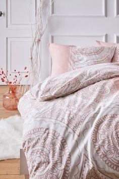 Bettwäsche zum Verlieben! 💕 Entspannung und angenehmer Schlaf ist garantiert mit der Bettwäsche im stilvollen Design. Das Design wird betont durch schöne Ornamente und verleiht durch frische und helle Farben einen besonders freundlichen Charakter. Lass Dich Inspirieren! #bonprix #onlineshop #shopping #wohnen #living #wohnideen #interiordesign #details #inspiration #schlafzimmer #bedroom #aesthetics Interiordesign, Interior Inspiration, Comforters, Blanket, Bed, Home, Paint Stripes, Bright Colours, Fall In Love With