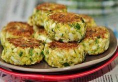 Vă prezentăm o rețetă de pârjoale delicioase cu ou. Acestea se prepară foarte simplu, din ingrediente mereu prezente în orice bucătărie. Obțineți niște pârjoale delicioase, suculente, rumene și foarte aromate. Sunt perfecte pentru a fi servite la micul dejun, ca o gustare caldă sau pentru a fi luate la pachet.  Echipa Bucătarul.tv vă dorește …
