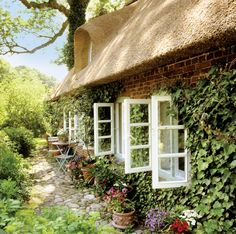 COUCH Fragrant flowers, thatched roof and stone walls covered with ivy – that is pure country look! Romantic Cottage, Cozy Cottage, Cottage Style, Romantic Homes, Romantic Meals, Cottage Design, Inspire Me Home Decor, Cottage Living Rooms, Cottage Homes