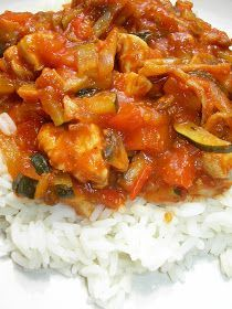 Kuchnia szeroko otwarta: Obłędnie pyszna potrawka z cukinią, papryką i kurczakiem High Protein Vegetarian Recipes, Vegan Recipes, Snack Recipes, Cooking Recipes, Curry, Home Food, Chicken And Vegetables, Chicken Recipes, Food And Drink