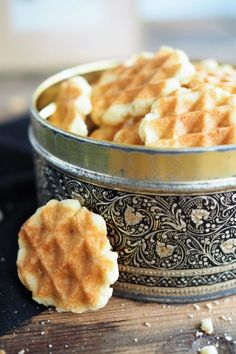 Crispy waffle biscuits and my waffle party - Waffeln - Waffles - Bread Recipes Waffle Biscuits, Food Shopping List, Breakfast Recipes, Dessert Recipes, Crispy Waffle, Bake Mac And Cheese, Crepes And Waffles, Dessert Bread, Baked Chicken Recipes