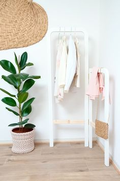Make this renter-friendly folding DIY Clothes Rack with wood ⎮ Get accessible, affordable & sustainable DIY and Home Decorating projects on Very Liv Building Shelves, Floral Dress Design, Diy Clothes Rack, Hanging Mason Jars, Master Bedroom Closet, Dresser Knobs, Hanging Racks, Stylish Bedroom, Built In Bench