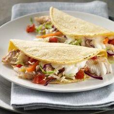Tacos de Pescado... Estos sencillos tacos de pescado se preparan, con tomates sazonados y ensalada de repollos mixtos