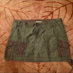 Size 4 Abercrombie skirt Size 4 camo green Abercrombie skirt. 100% cotton. Multiple pockets in front and back. Button and zipper front. Gently used...no stains or tears. Abercrombie & Fitch Skirts Mini