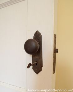 Old door knobs projects skeleton keys Ideas Internal Door Handles, Black Door Handles, Internal Doors, Old Door Knobs, Door Knobs And Knockers, Vintage Door Knobs, 1930s Doors, 1930s Home Decor, Art Deco
