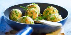 BOULETTES DE POMMES DE TERRE A LA VACHE QUI RIT (Pour 4 P : 4 pommes de terre cuites • 6 portions de Vache qui rit • 2 jaunes d'œuf • 2 c à s de farine • 8 brins de basilic • 1/2 bouquet de ciboulette • 2 c à s d'huile d'olive • 3 c à s de chapelure • sel, poivre)