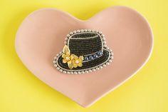 ハンドメイドマーケット+minne(ミンネ)|+ボーラーハットの花飾りのブローチ(ビーズ刺繍)