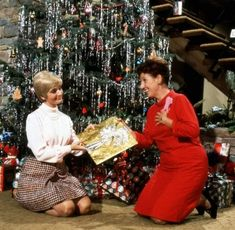 'The Brady Bunch' Gets An HGTV Christmas special that is going to be set in the recreated Brady house from 'A Very Brady Renovation. Mary Wickes, Brady Kids, Florence Henderson, Robert Reed, Dinner Theatre, The Brady Bunch, Instagram People, Vintage Christmas Images, Great Tv Shows