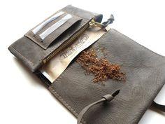 Tabaktasche Dreherbeutel braunes Leder von KrohnJuwelen auf Etsy Leather Tobacco Pouch, Leather Craft, Gifts, Accessories, Etsy, Cuban Cigars, Natural Rubber, Dressmaking, Clutch Bag