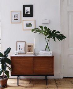 The ultimate mid-century bedroom decor inspiration! Retro Home Decor, Diy Home Decor, Home Decoration, Vintage Decor, Midcentury Sideboard, Modern Bedroom Decor, Trendy Bedroom, Modern Bedrooms, Bedroom Ideas