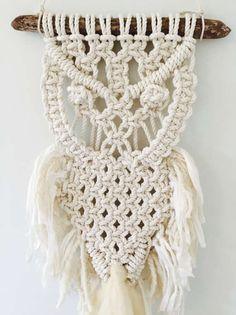 Vous recevrez cette tenture de hibou en macramé fait main belle. Fabriqué à partir de corde en coton 100 % et agrémentée de toutes les fibres naturelles de luxe y compris recyclé ruban de soie, laine et laine mérinos. Il s'agit d'un élément one-of-a-kind. Pas deux qui soient identiques.