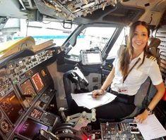 A jovem holandesa Eser Aksan Erdogan, de 31 anos, é a mais nova 'celebridade'do Instagram. Mas não é uma musa fitness ou geek. Eser é pilota de avião, e está fazendo sucesso justamente pela sua profissão. A jovem, que já viajou para mais de 50 países (incluindo o Brasil), hoje mora na Turquia com seu marido, também piloto, e trabalha para a companhia aérea Pegasus, empresa low cost turca. Com mais de 30 mil seguidores no Instagram, Eser compartilha imagens inspiradoras dos lugares