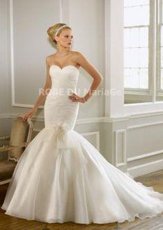 Robe de mariée pas chère robe sirène avec bustier en coeur ornée des ruches et fleur à la main en satin et en organza
