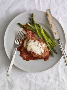 Want to indulge in chicken Parmesan while still skimping on the calories and fat? Yes please! Skinnytaste's take on chicken parm is crispy baked chicken breast smothered with a layer of marinara sa…