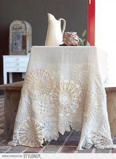 ...Tafelkleed met mooie haken bloemen ... heel romantische sfeer!