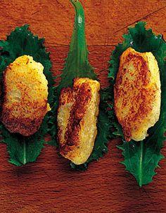 Recette croquettes de pommes de terre au fromage blanc : Epluchez, lavez les pommes de terre. Faites-les cuire 20 min. à l'eau froide. Lavez, essorez la sala...