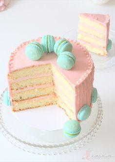 #sommerbloghop Zitronentörtchen gefüllt und umhüllt mit einer weißen (rosa) Schokoladencreme und geschmückt von zitronigen Macarons