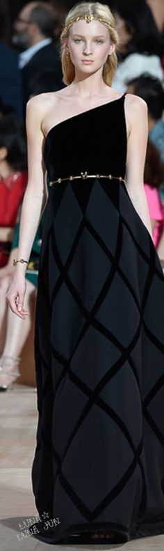 Valentino Fall 2015 Couture   The bodice/skirt contrast