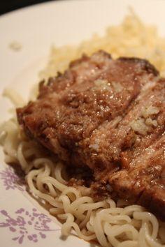Oui je sais la photo n'est pas terrible, pourtant mon rôti était délicieux ! Le genre de plat vite fait / bien fait mais qui si on utilise un excellent rôti de porc préparé par un vrai bouche…
