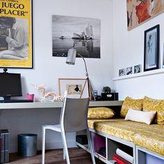 La chambre d'amis est meublée de deux banquettes montées sur roulettes pour former un lit d'appoint une fois réunis. Un plateau en bois en médium laqué sert de bureau