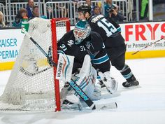 San Jose Sharks goaltender Antti Niemi keeps his eyes on the puck in the corner (Jan. 15, 2015).