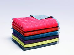 Modern design in combination with cheerful colours: The Mega Dot Quilt by HAY gives you a good mood and creates a cosy atmosphere. As a quilt, bed cover, throw