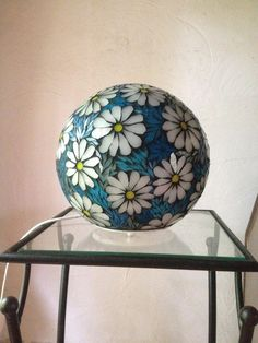 Ball lamp in mosaic stained glass Mosaic Tile Designs, Mosaic Tile Art, Marble Mosaic, Mosaic Glass, Stained Glass, Mosaic Planters, Mosaic Garden Art, Mosaic Flower Pots, Glass Artwork