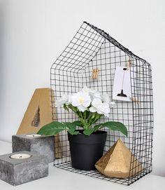 DIY Casita metálica sobre cómoda. Objeto decorativo de estilo nórdico : via MIBLOG Sisal, Metal Grid, Chicken Wire, Wire Art, Basket, Diy Crafts, Crafty, Blog, Projects