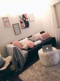 75 Genius College Apartment Decor Ideas I like the ottoman in this picture. want something cozy like that The post 75 Genius College Apartment Decor Ideas appeared first on Bedroom ideas. Diy Home Decor Rustic, Cheap Home Decor, Farmhouse Decor, Modern Farmhouse, College Living Rooms, College House, Deco Studio, First Apartment Decorating, Cute Apartment Decor