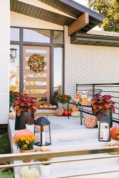 Modern Fall Decor, Modern Porch, Fall Home Decor, Autumn Home, Modern Farmhouse, Porches, Front Door Decor, Front Porch Fall Decor, Porch Decorating